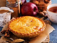 Рецепта Американски ябълков пай с домашно тесто и пълнеж със сладкарска сметана